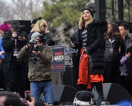 ワシントンD.C.女性のマーチ マドンナが壇上でスピーチ マドンナ楽曲がラジオ局で放送禁止に