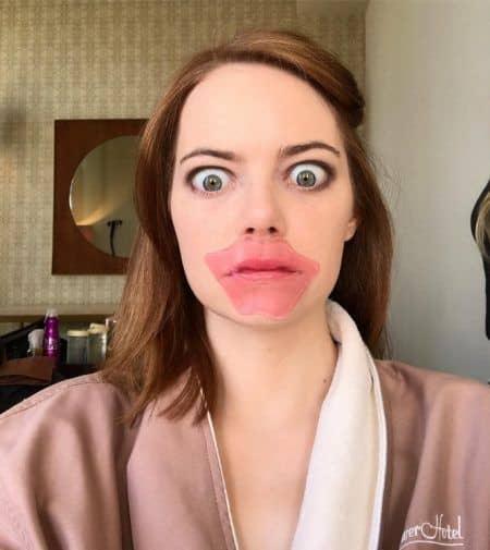 エマ・ストーン Emma Stone ゴールデン・グローブ賞 メイク レッドカーペット 準備中 リップマスク