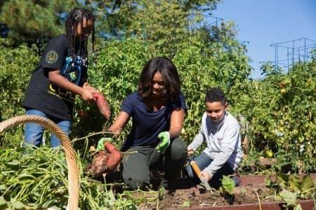 ミシェル・オバマ 大統領夫人 Michelle Obama ホワイトハウス 家庭菜園 農作業 畑
