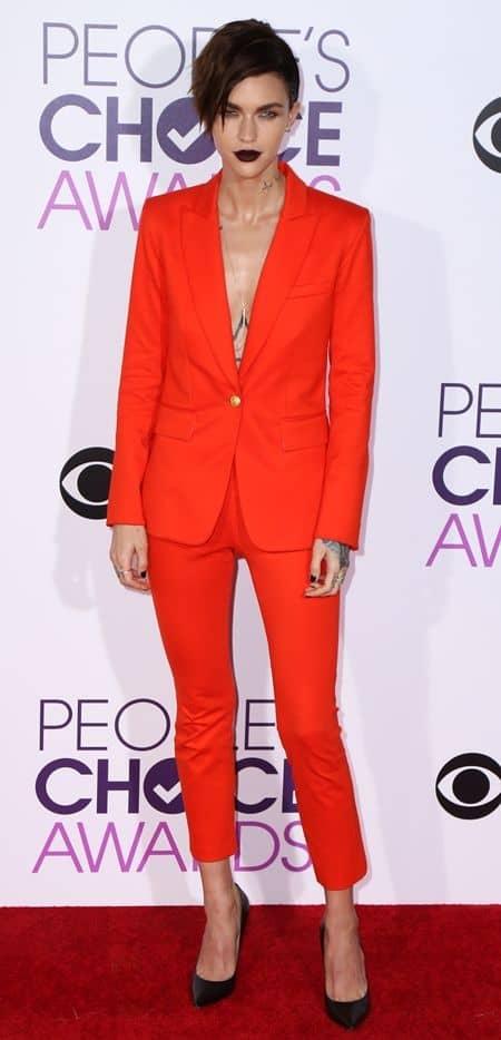 ルビー・ローズ Ruby Rose ピープルズ・チョイス・アワード people's Choice Awards 2017 レッドカーペット ドレス 豪華 受賞者 プレゼンター スーツ