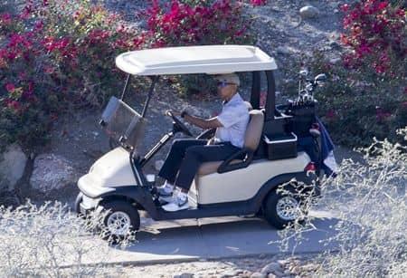 バラク・オバマ Barack Obama  バケーション 休暇 旅行 パームスプリングス ゴルフ 一人 リラックス ゴルフカート 運転 おちゃめ