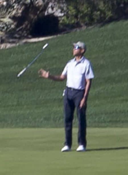 バラク・オバマ Barack Obama  バケーション 休暇 旅行 パームスプリングス ゴルフ 一人 リラックス バトン ゴルフクラブ まわす