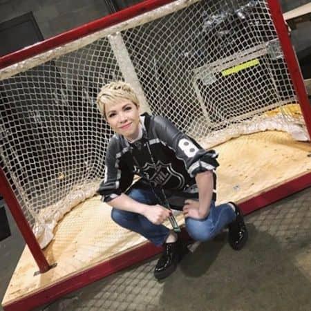 カーリー・レイ・ジェプセン ブロンドのベリーショート NHLオールスターゲーム