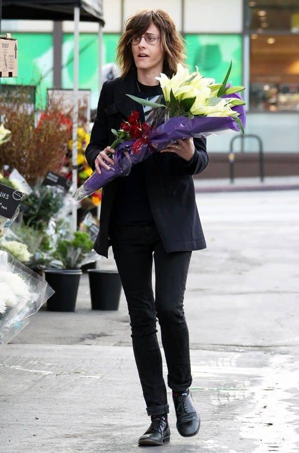 キャサリン・メーニッヒ ドラマ『Lの世界』シェーン役 現在の写真 花束片手