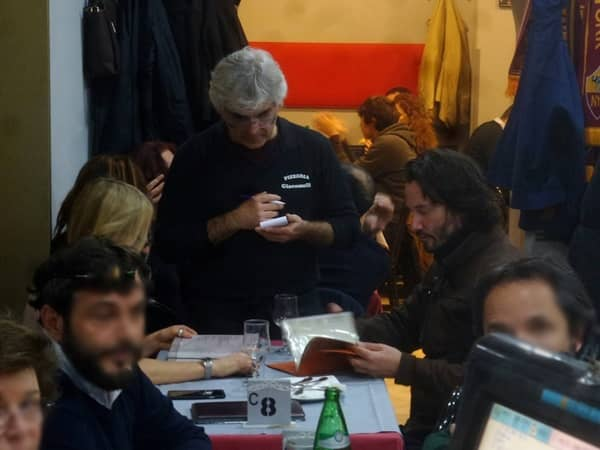 キアヌ・リーブス イタリア ローマ レストランで女性と食事
