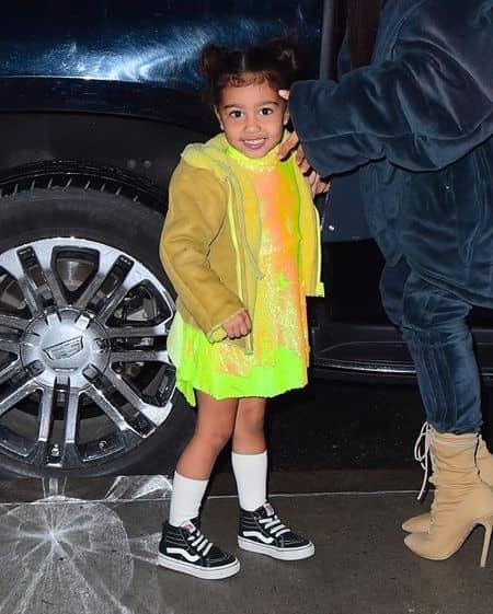 キム・カーダシアン Kim kardashian カニエ・ウェスト  Kanye West アパレル キッズライン 近日公開 ノース・ウェスト North West 娘 デザイン モデル 注目 黄色