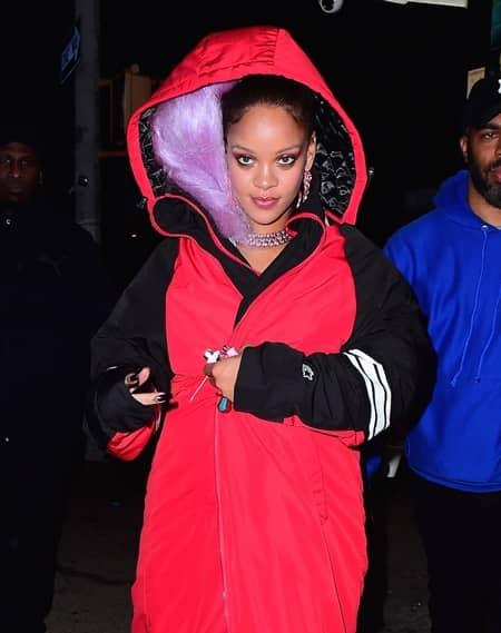 リアーナ Rihanna  髪の毛隠す 頭巾 ヘアスタイル ヘアカラー パープル グリーン オレンジ NY 夜中 撮影 雑誌 長丁場 プロ