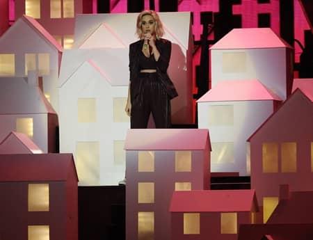 ケイティ・ペリー Katy Perry  ブリット・アワード パフォーマンス ウィッグ インスタグラム 公開 金髪 ブロンド お気に入り ダンサー 落下 トランプ 家