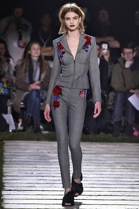 ラペルラ La Perla NYコレクション 2017年 ランジェリーブランド イングリッシュガーデン ジュリア・ハート ビルトインブラ 人気モデル ランウェイ