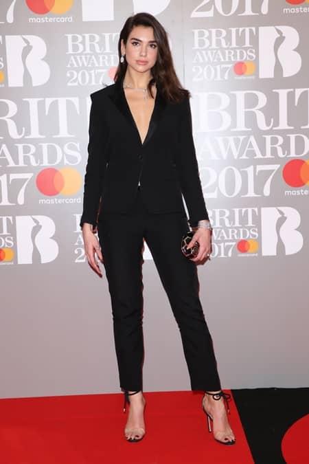 デュア・リパ Dua Lipa 第37回 ブリット・アワード Brit Awards 2017 レッドカーペット ドレス 着用ブランド 早出し いち早く公開