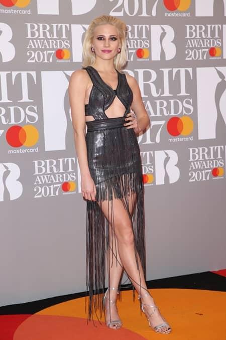 ピクシー・ロット Pixie Lott 第37回 ブリット・アワード Brit Awards 2017 レッドカーペット ドレス 着用ブランド 早出し いち早く公開