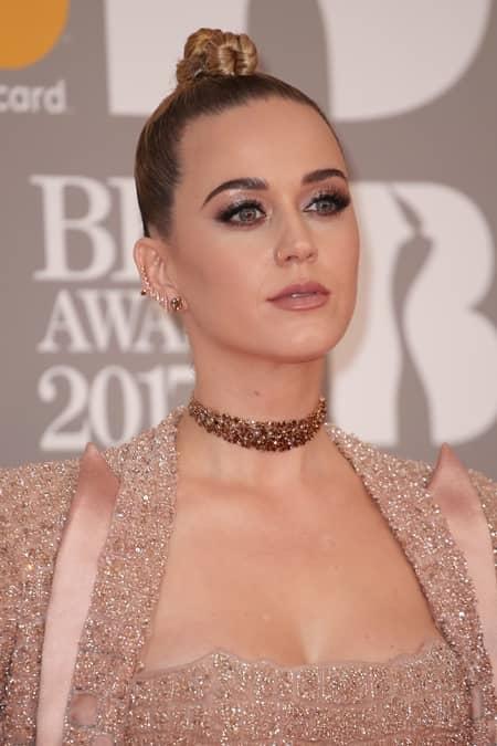 ケイティ・ペリー Katy Perry  ブリット・アワード ドレス アトリエ・ヴェルサーチ チョーカー ロレインシュワルツ セレブ御用達 ダイヤ チーカー 55カラット コニャックダイヤモンド