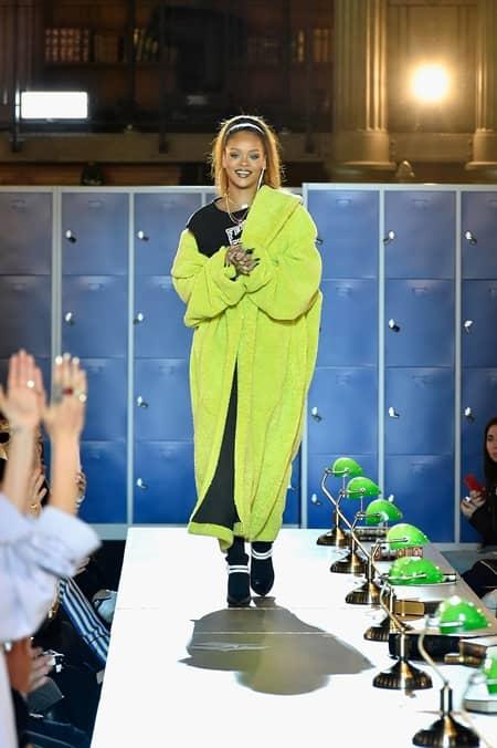 フェンティ プーマ バイ リアーナ FENTY PUMA by Rihanna  パリ コレクション フランス国立図書館 新学期 テーマ 人気 注目 リアーナ クリエイティブデレクター 2017年秋冬コレクション 制服 裏側