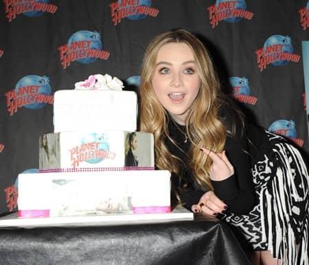 サブリナ・カーペンター Planet Hollywoodアルバム発売イベント デコケーキ