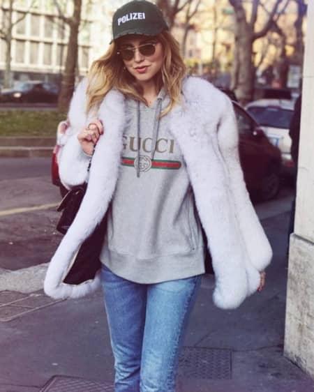 キアラ・フェラーニ Chiara Ferragni グッチ GUCCI ロゴ トップス Tシャツ ロゴトップス セレブ ファッショニスタ 人気 90年代風 可愛い 被りアイテムNO.1 おそろい ファッションウィーク