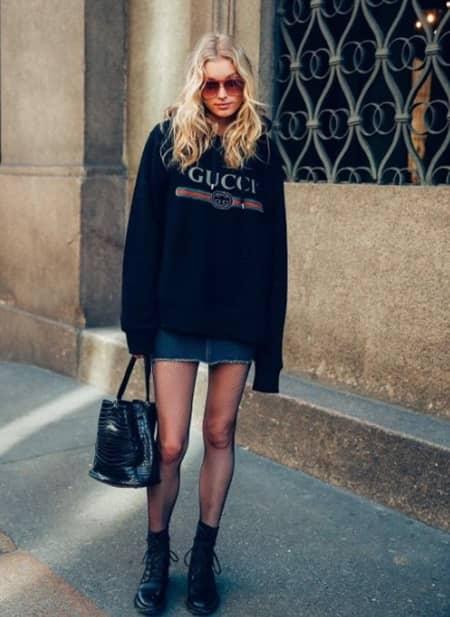 エルザ・ホスク Elsa Hosk グッチ GUCCI ロゴ トップス Tシャツ ロゴトップス セレブ ファッショニスタ 人気 90年代風 可愛い 被りアイテムNO.1 おそろい