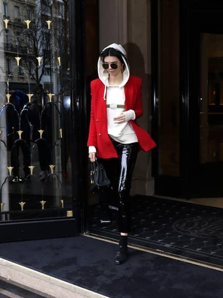 ケンダル・ジェンナー Kendall Jenner  グッチ GUCCI ロゴ トップス Tシャツ ロゴトップス セレブ ファッショニスタ 人気 90年代風 可愛い 被りアイテムNO.1 おそろい