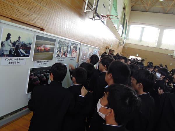 131009-写真パネルを熱心に見る中学生s.jpg
